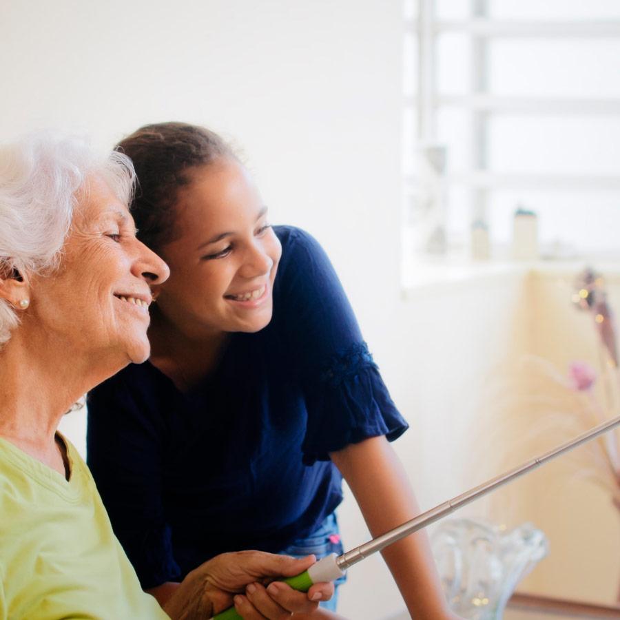 Anciana con nieta