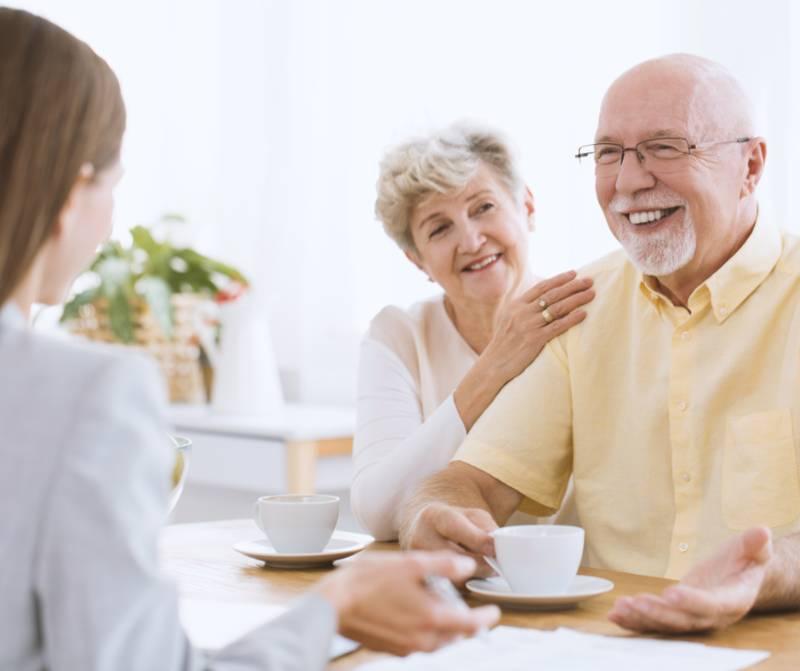Matrimonio jubilado feliz porque han resuelto sus problemas económicos