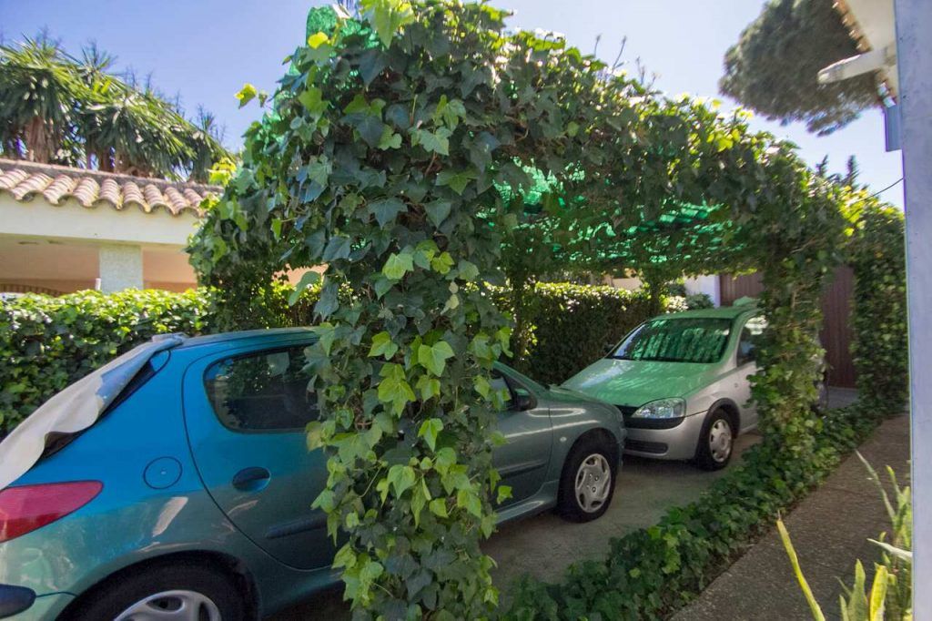 zona de aparcamiento para coches de la casa