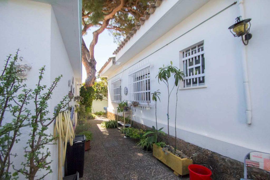 La cocina es muy amplia con zona office y salida al jardín